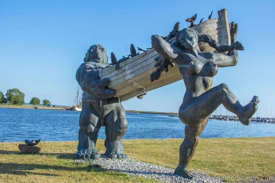 Sur Toll and Piret sculpture kuressaare saaremaa